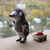 Войлочная игрушка ручной работы. Ярмарка Мастеров - ручная работа Ежик хозяйственный с тележкой. Handmade.