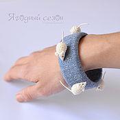 Украшения ручной работы. Ярмарка Мастеров - ручная работа Светло-синий (джинсовый) браслет с белыми вязаными мышками. Handmade.