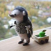 Куклы и игрушки ручной работы. Ярмарка Мастеров - ручная работа Ежик хозяйственный с тележкой. Handmade.