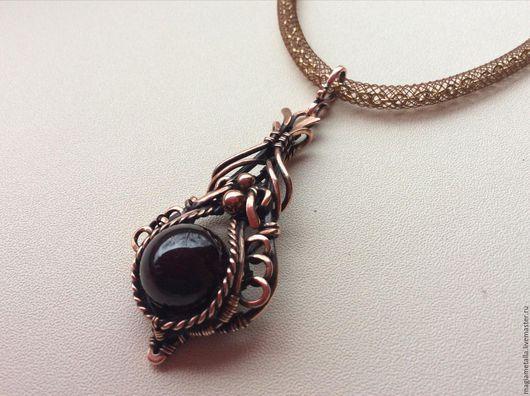 Изящное, элегантное украшение с натуральным гранатом альмандин (на заказ можно другой камень)выгодно подчеркнет Ваш образ.