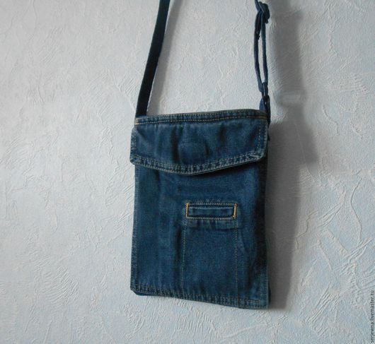 Вместительный карман на джинсах сообщил мне  что во второй жизни  хочет быть мужской  сумочкой  через плечо. И я это сделала.  Размер  сумочки  получился 25х19 см. Ручка регулируется по длине и выполн