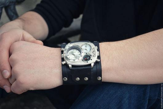 Отличный подарок мужчине, учитывая возможность изменить цвет, - это и кожаный браслет и наручные часы сразу! Необычный дизайн и качественная ручная работа - наш конек!