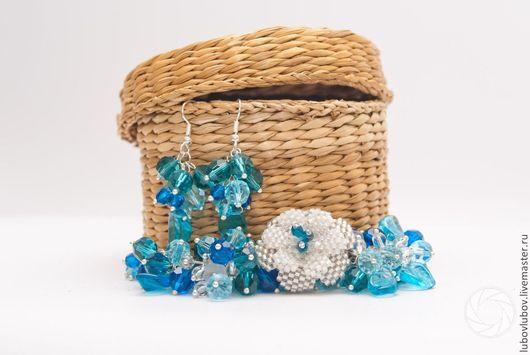 Комплект `Ice Flower` браслет и серьги из бусин, браслет с цветком, голубой комплект, голубой и белый.