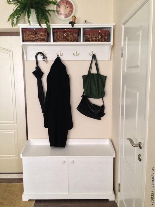 Небольшая, но достаточно вместительная прихожая, состоит из двух изделий: полка-вешалка и тремя открытыми секциями и шкаф-скамья для обуви. Шкаф имеет две вместительные полки, находящимися под распашными дверцами. Разница в цвете, текстуре возможна, благодаря ручной работе.