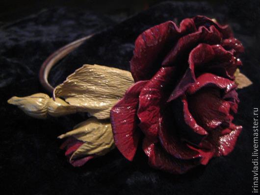 украшение из кожи  в прическу, ободок для волос с цветами, искусственные цветы роза. бордовая роза брошка. красная роза брошь, заколка для волос роза, кожаный обруч в прическу, обруч для волос с цвета