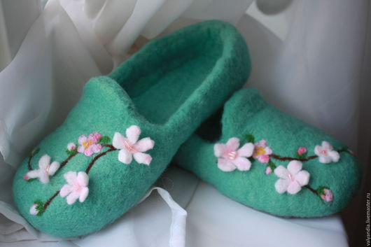 """Обувь ручной работы. Ярмарка Мастеров - ручная работа. Купить Валяные тапочки """"Цвет сакуры"""". Handmade. Валяные тапочки"""