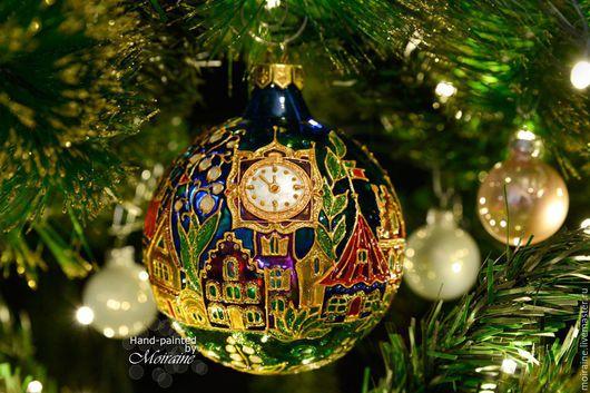 Стеклянный елочный шар с витражной росписью `Площадь Картонных часов`