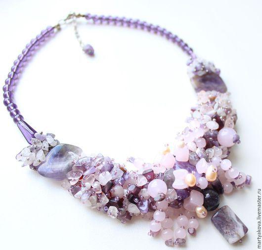 Маленькое и легкое, нежное колье из бисера и натуральных камней в сиреневых и розовых оттенках.