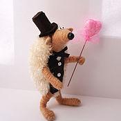 Куклы и игрушки ручной работы. Ярмарка Мастеров - ручная работа игрушка Ежик жених бежевый(свадьба,ежики,ежонок,сердце). Handmade.