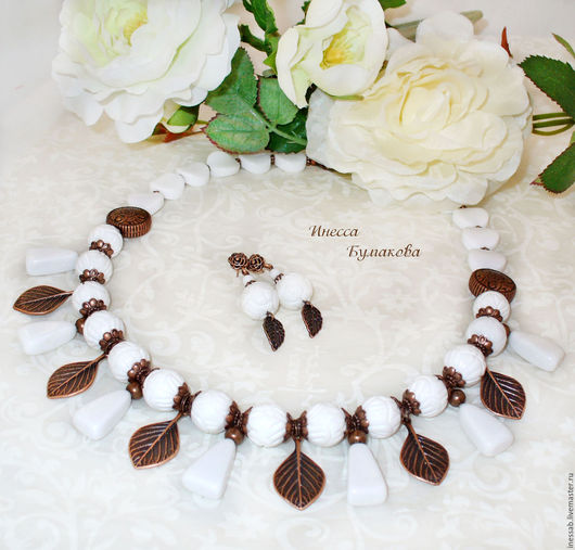 Комплект `Лесные духи` - колье и серьги. Губчатый коралл, белый агат, фурнитура под медь. Цена комплекта - 1700 рублей.