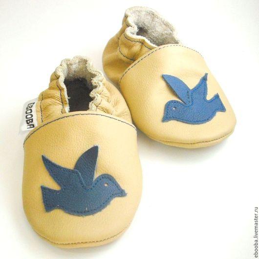 Кожаные чешки тапочки пинетки птичка синяя на бежевом ebooba