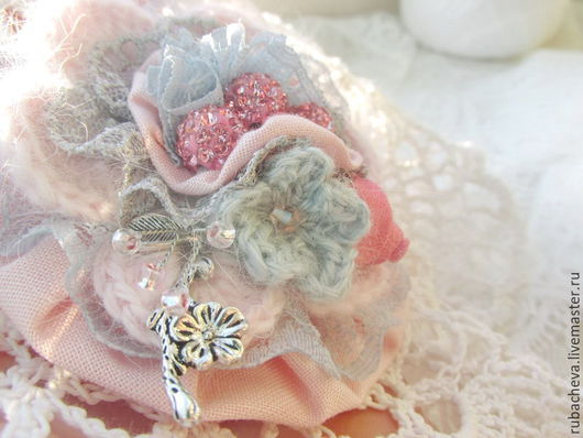 Брошь розовая текстильно-вязаная `Фея рассвета...` - нежная розовая текстильно-вязаная брошь, украшена декоративными розовыми и серыми элементами.