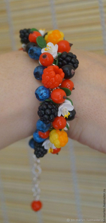 Браслет с ягодами и цветами из полимерной глины