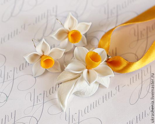 Комплект кулон и серьги с белыми нарциссами с желтой коронкой. Цена комплкета 900р