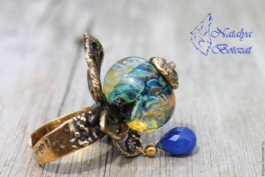 Эксклюзивное аквариумное кольцо авторского стекла лэмпворк lampwork на латуни Анны Черных с синим халцедоном безразмерное. Купить подарок девушке женщине коллеге женский аксессуар