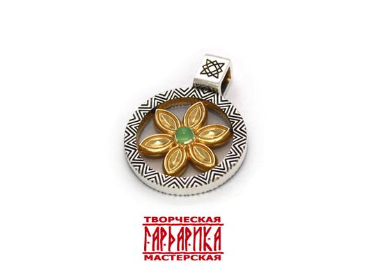 Славянский оберег `Символ Перуна` прорезной с хризопразом, из серебра с чернением и золочением.