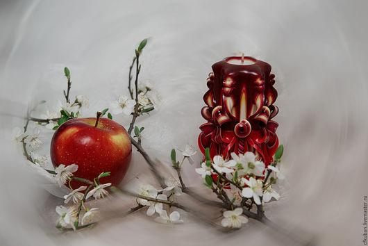Резная свеча ручной работы Спелая вишня. (handmade).  Резные свечи создают приятную и уютную обстановку. Прекрасно вписываются в интерьер и отлично дополняют его своим изящным рисунком и цветовой гамм