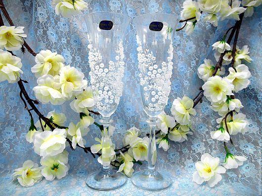 Свадебные бокалы `Ангел`  из богемского стекла созданы для истинных ценителей прекрасного. Эксклюзивный авторский рисунок  белым акрилом в виде нежных веточек, на которых расположились маленькие цвето